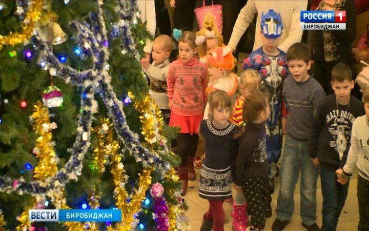 На протяжении двух дней в биробиджанском Дворце культуры проходила праздничная архиерейская ёлка.